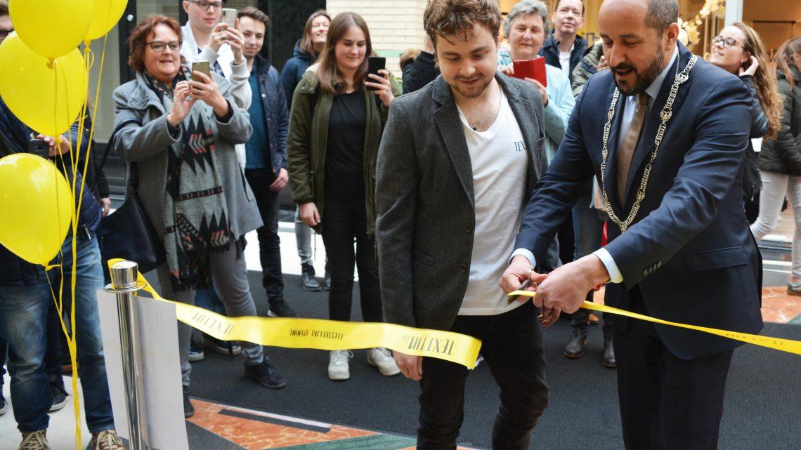 Burgemeester Marcouch opent winkel van sociale onderneming TextTim.nl