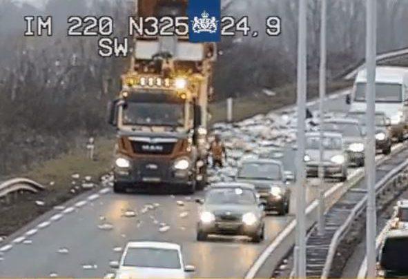Vuilniswagen verliest lading op de N325