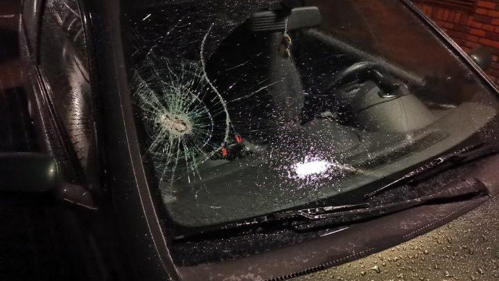 Auto bekogeld vanaf viaduct op Burgemeester Matsersingel