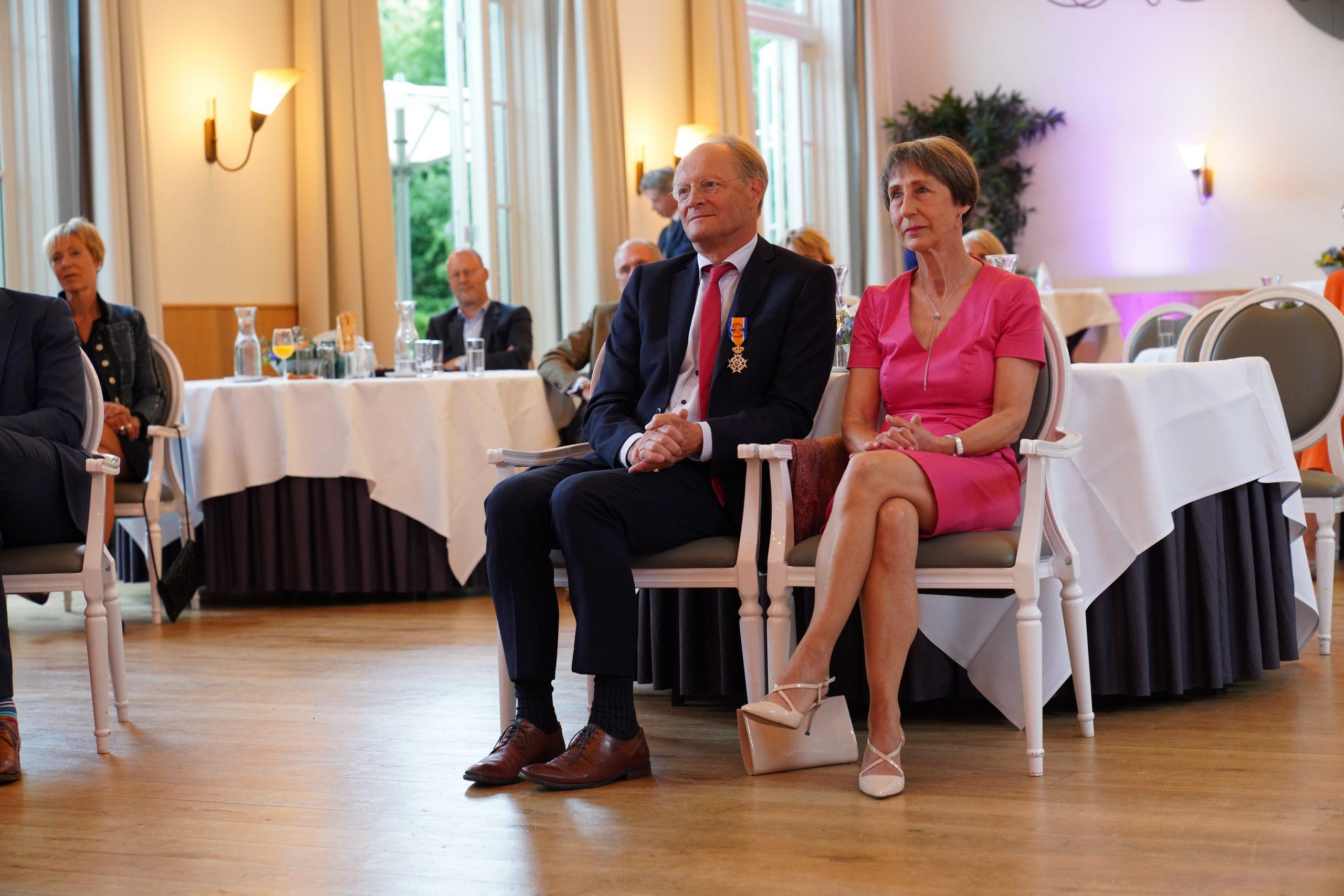Hoge Koninklijke Onderscheiding voor Arnhemmer Van der Ven: 'De vrijwillige hulp van sterke schouders stuwt ons op'