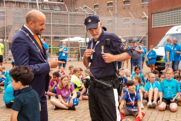 Agent Daeseleer krijgt lintje voor 30 jaar vrijwilligerswerk bij Ome Joop's Tour