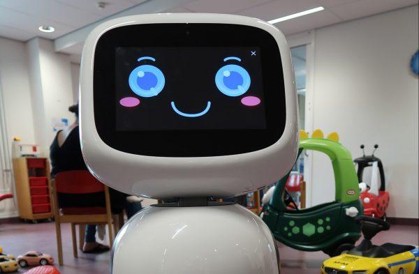 Robot James brengt patiënten naar hun kamer en zorgt voor ontspanning